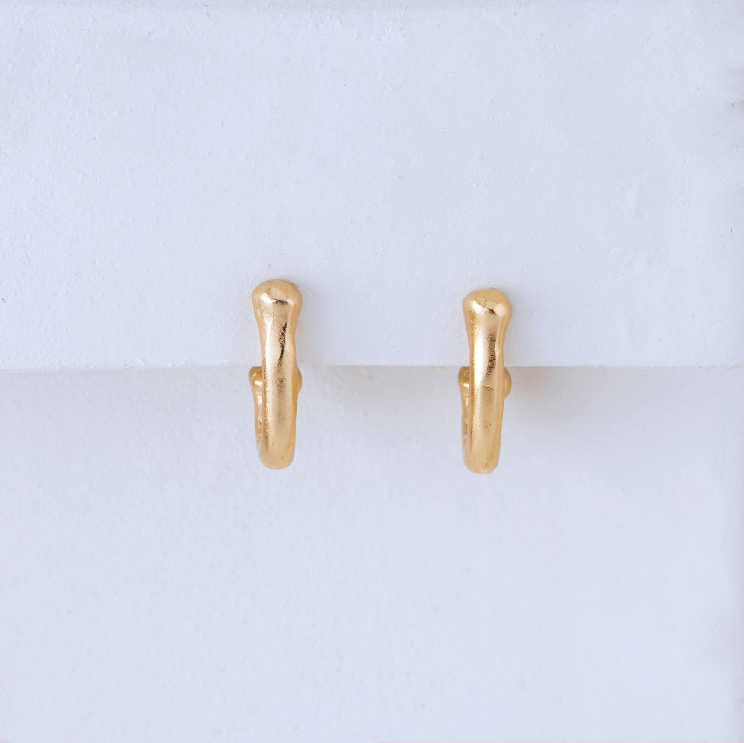 Embrace Earrings - עגילים חובקים כסף מצופה זהב